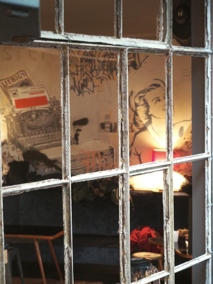 Blick durchs Fenster an den Empfang im Ruby Marie