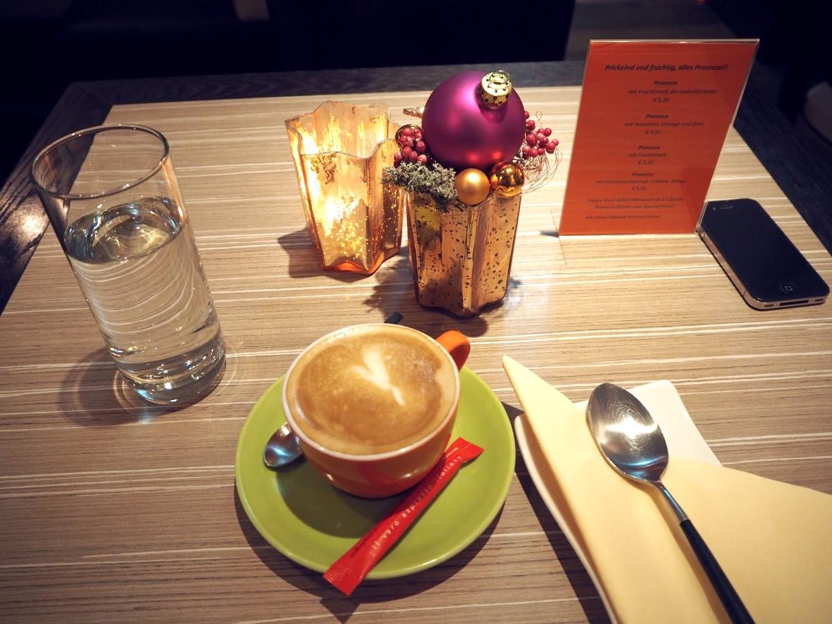 Kaffee im Café Glüxfall in Salzburg