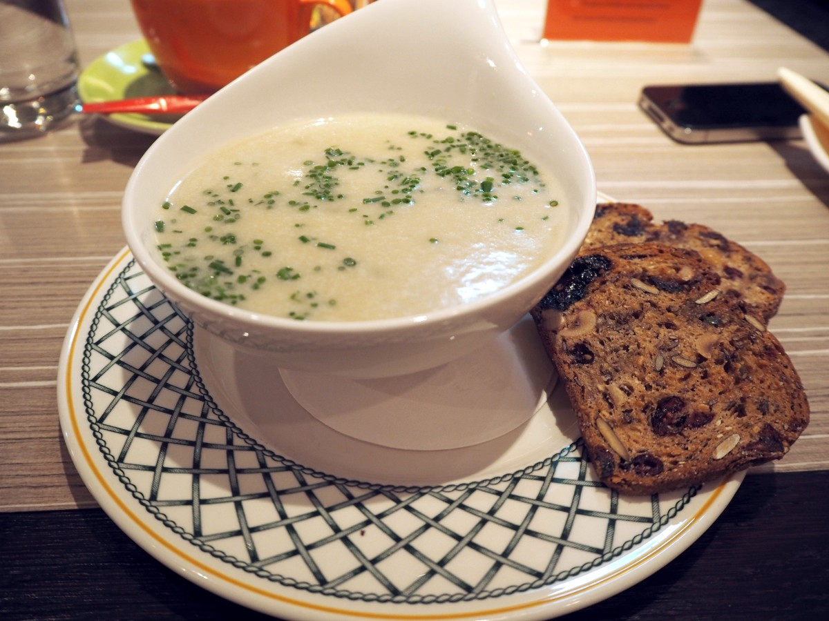 vegane Apfel-Sellerie-Suppe im Café Glüxfall in Salzburg