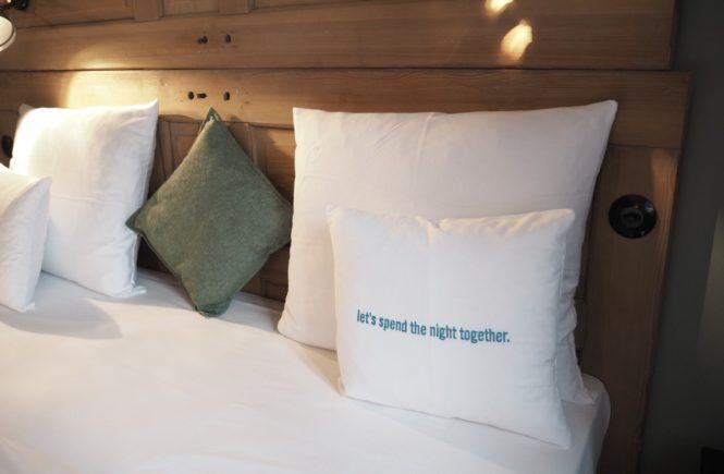 25hours Hotel Hamburg Altes Hafenamt XL-Stube Bett Kissen