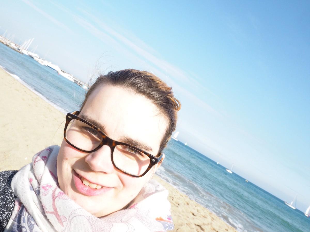 Melli von Siemund am Meer in Barcelona.
