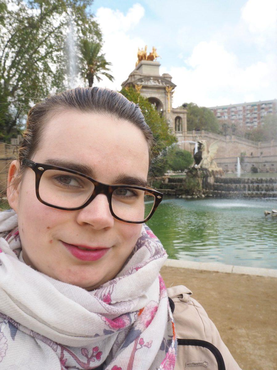 Melli von Siemund am Brunnen im Park in Barcelona.