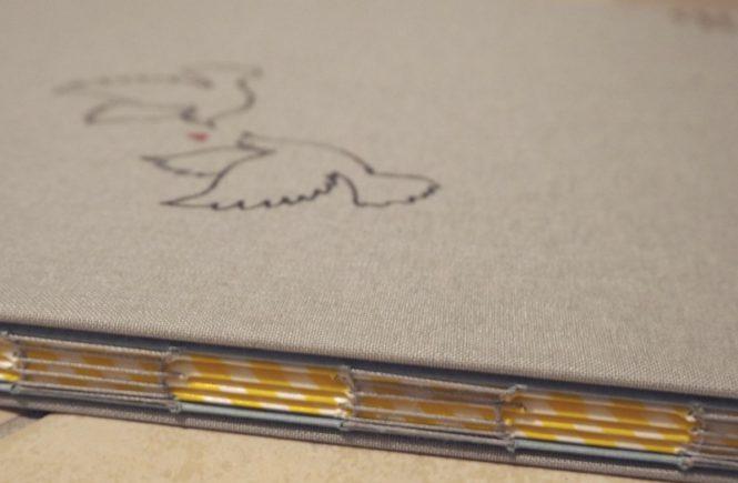 Die Bindung des Hochzeitsbuchs.