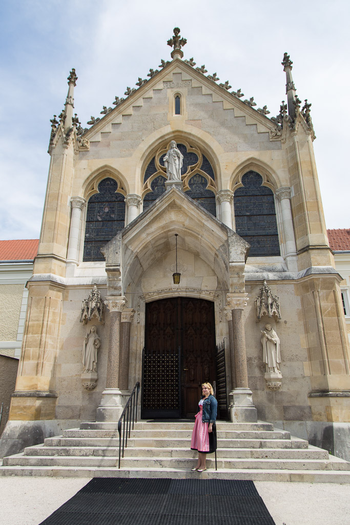 Melli im Dirndl vor der Kapelle des Jagdschlosses Mayerling.