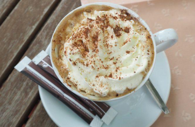 Cappuccino im Zum Alten Jagdschloss in Mayerlin/Niederösterreich im Rahmen von Mellis Kaffeehaustour.