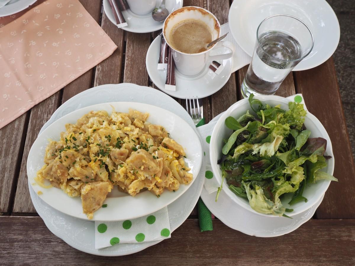Zum Frühstück Eierspeise mit gebratenen Knödeln im Zum Alten Jagdschloss in Mayerlin/Niederösterreich im Rahmen von Mellis Kaffeehaustour.