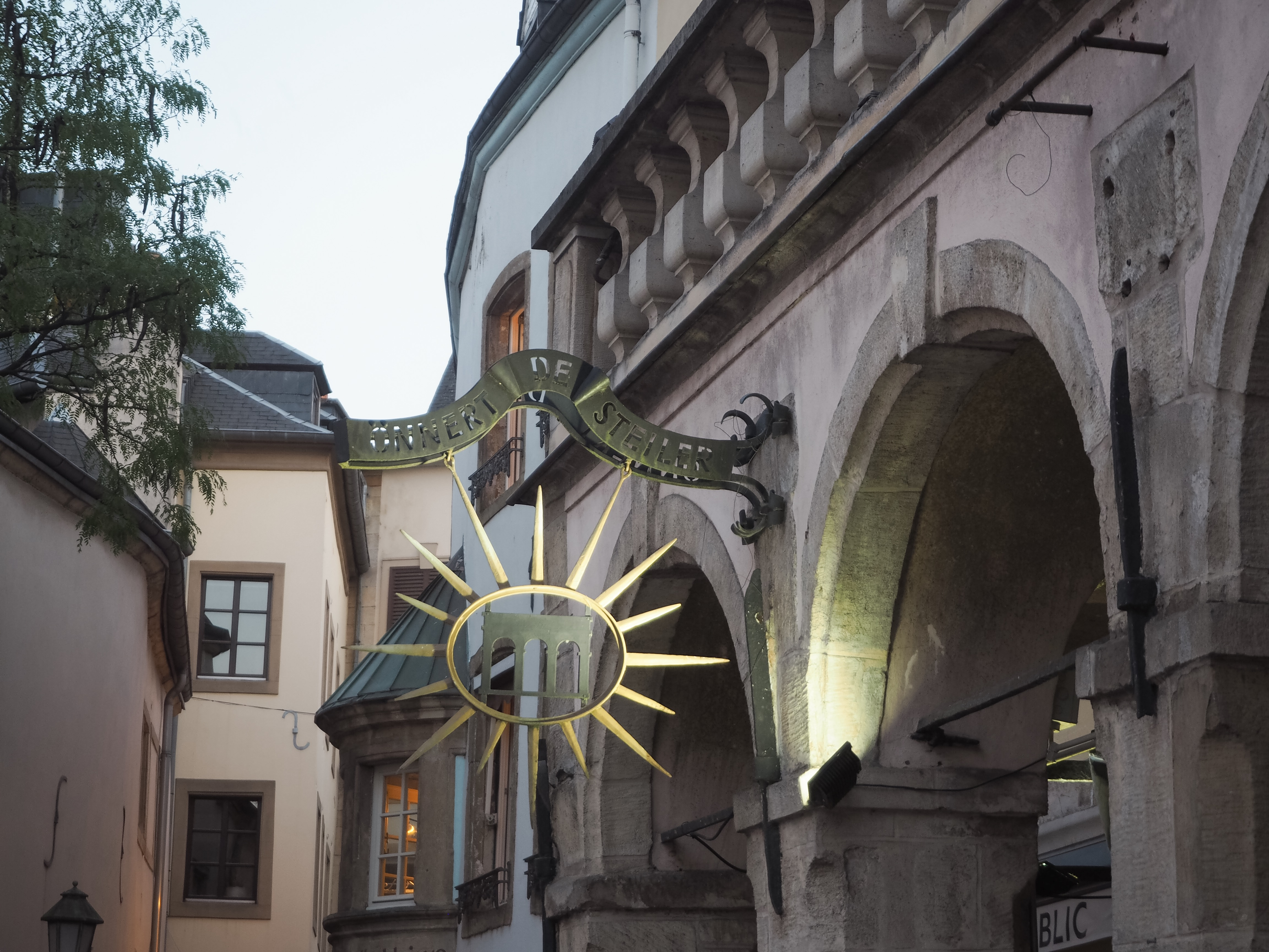 Schild in der Innenstadt von Luxemburg.