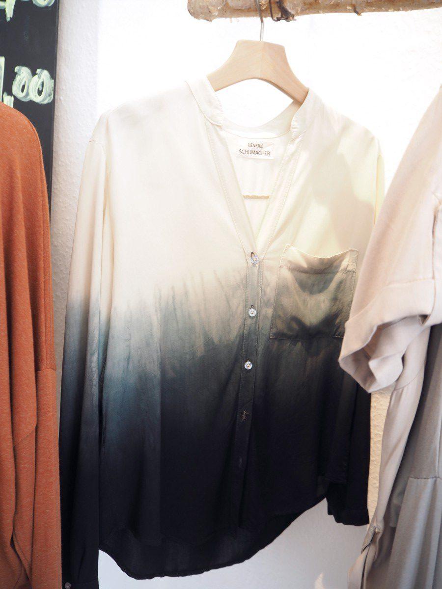 Henrike Schumacher The Dressing Room in Braunschweig grau-weiße Bluse mit Farbverlauf