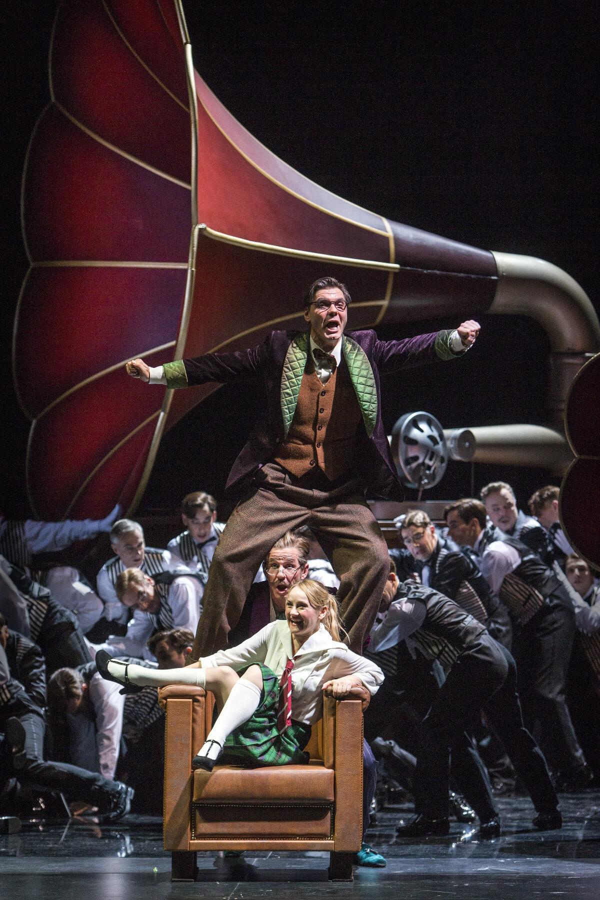 Das Musical My Fair Lady läuft in der Komischen Oper Berlin in seiner Deutschen Fassung, von Andreas Homoki in die 1920er Jahre versetzt.