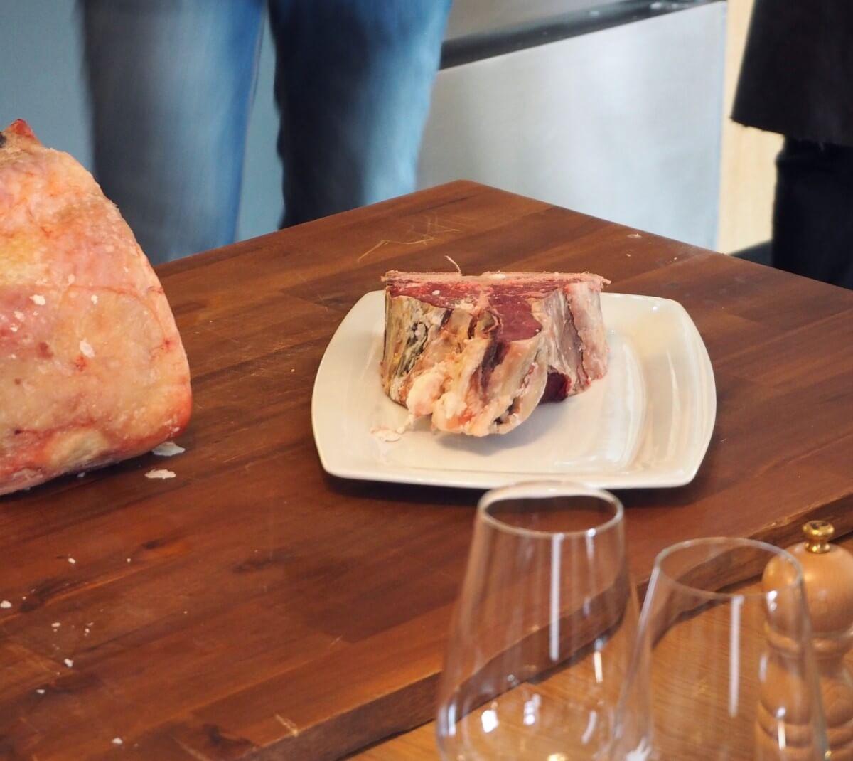 Du wolltest schon immer mal in die Kunst des Dry Agens eingeweiht werden? Dann lies hier, was du im Fleischkochkurs im FILETSTÜCK Pigalle lernen kannst! | Mehr auf msiemund.de